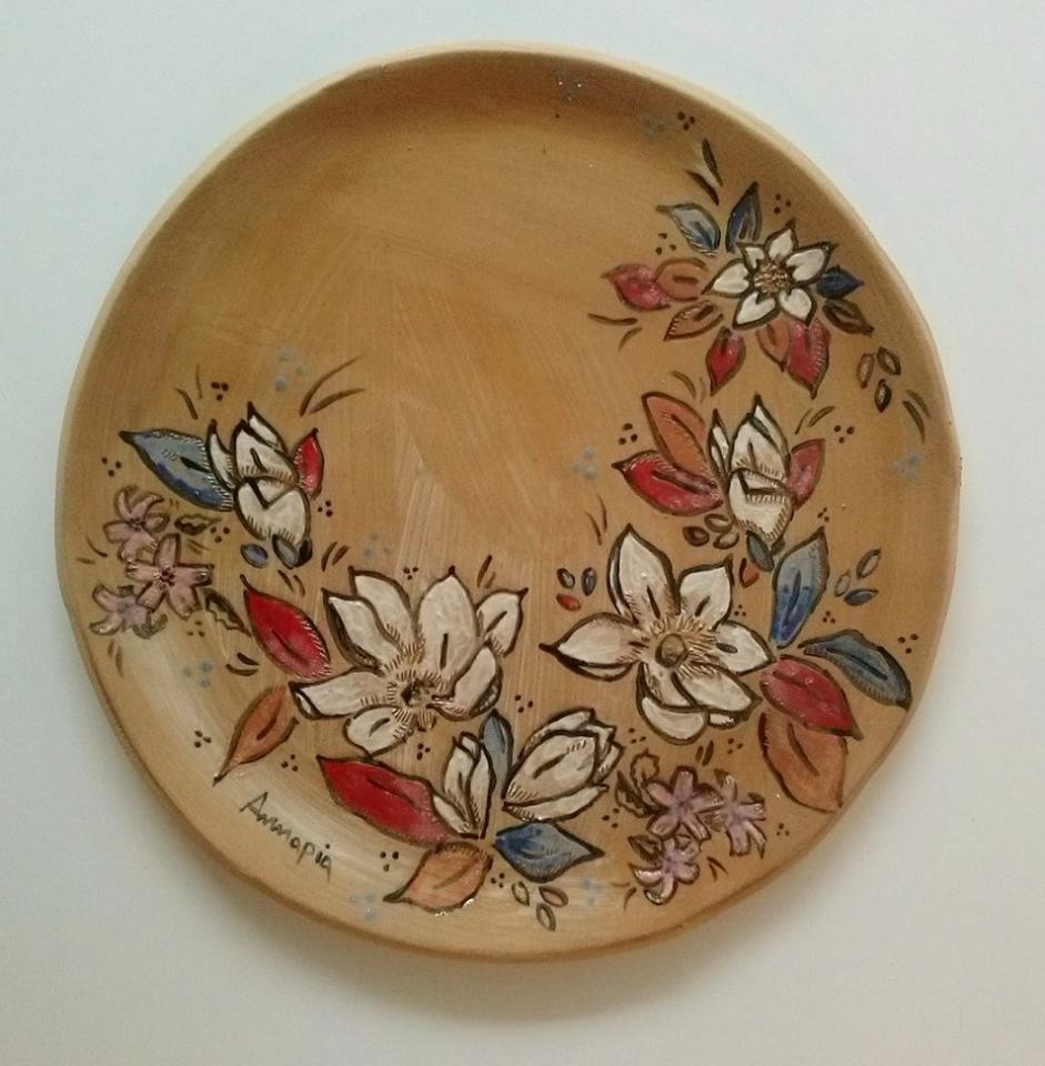 grande piatto ceramica gres decoro engobbio fatto e decorato a mano fiori Annapia Sogliani grand plat à gateau, grès décor engobe, fait et décoré main, motif fleurs, made in Paris