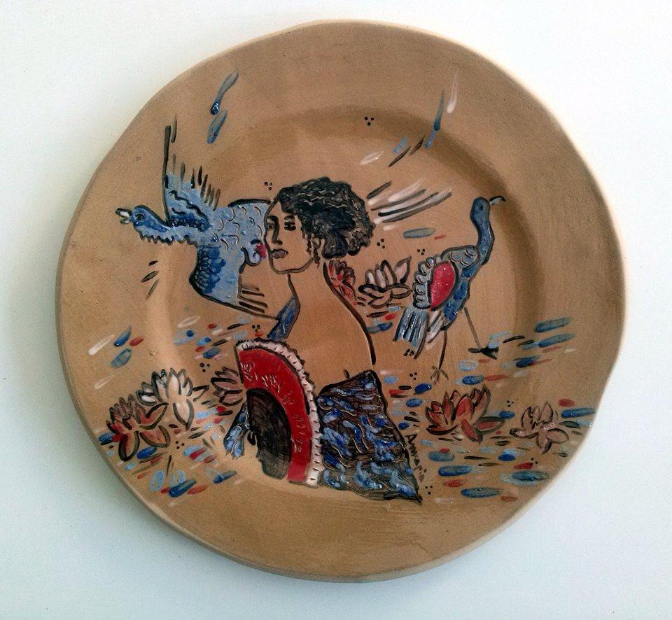 Annapia Sogliani handmade ceramic art gallery showroom grand plat à gateau, grès décor engobe, fait et décoré main, motif Klimt, femme à l'éventail, made in Paris grande piatto ceramica motivo klimt dama con ventaglio fatto e decorato a mano