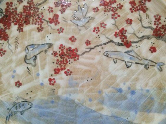détail assiette céramique fait décoré main in Paris cerisiers japonais poissons oiseaux dettaglio piatto in ceramica fatto decorato a mano a Parigi ciliegi pesci uccelli