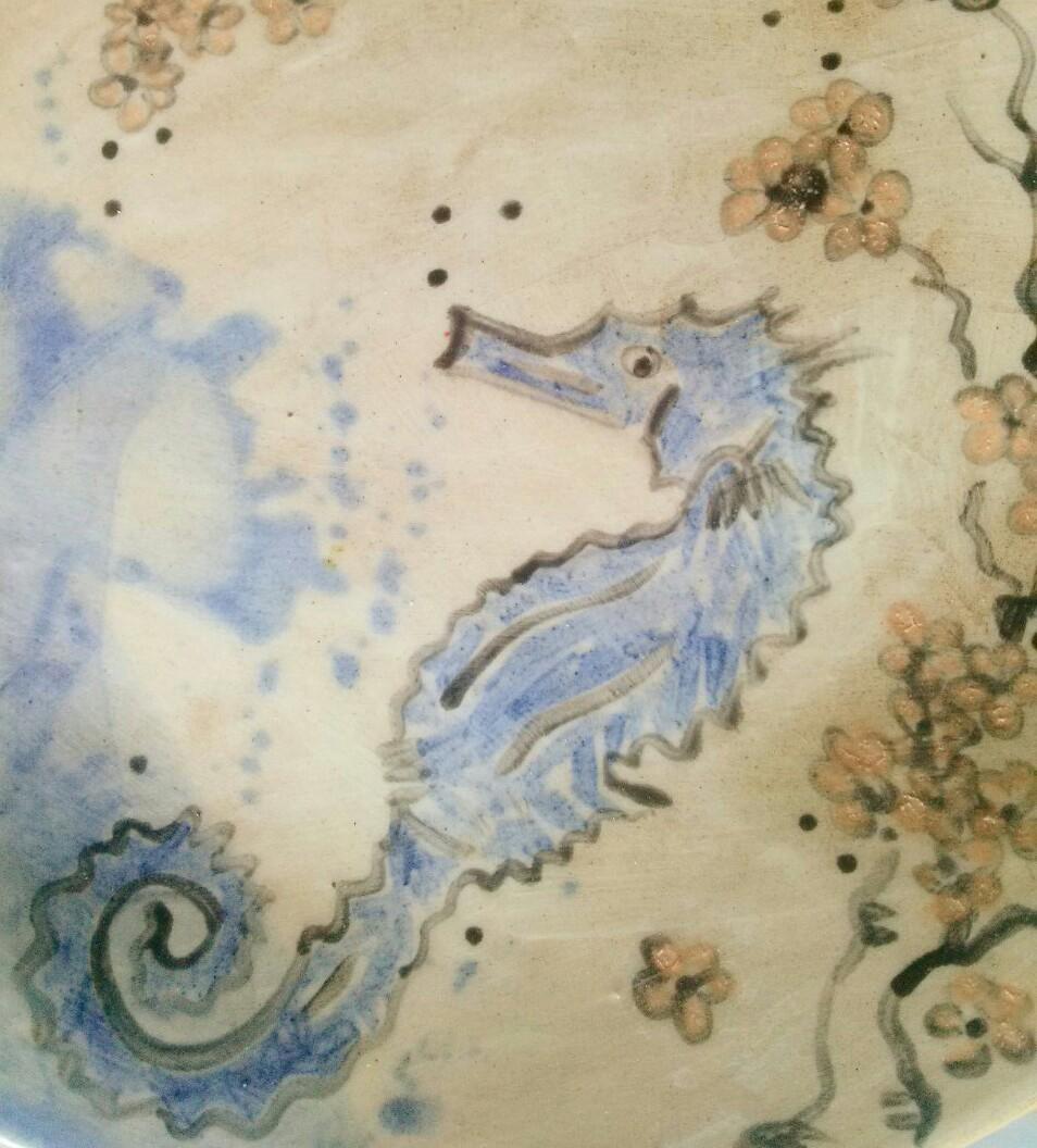 Annapia Sogliani dettaglio di piatto in ceramica fatto e decorato a mano a Parigi ippocampo cavalluccio marino détail assiette en céramique faite ed décorée main, in Paris