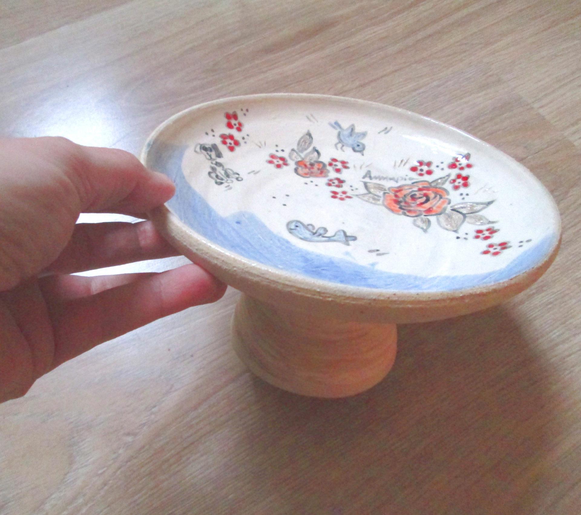 Annapia Sogliani alzatina in ceramica fatta e decorata a mano engobbio, plat avec pied fait et décoré main grès décor engobe