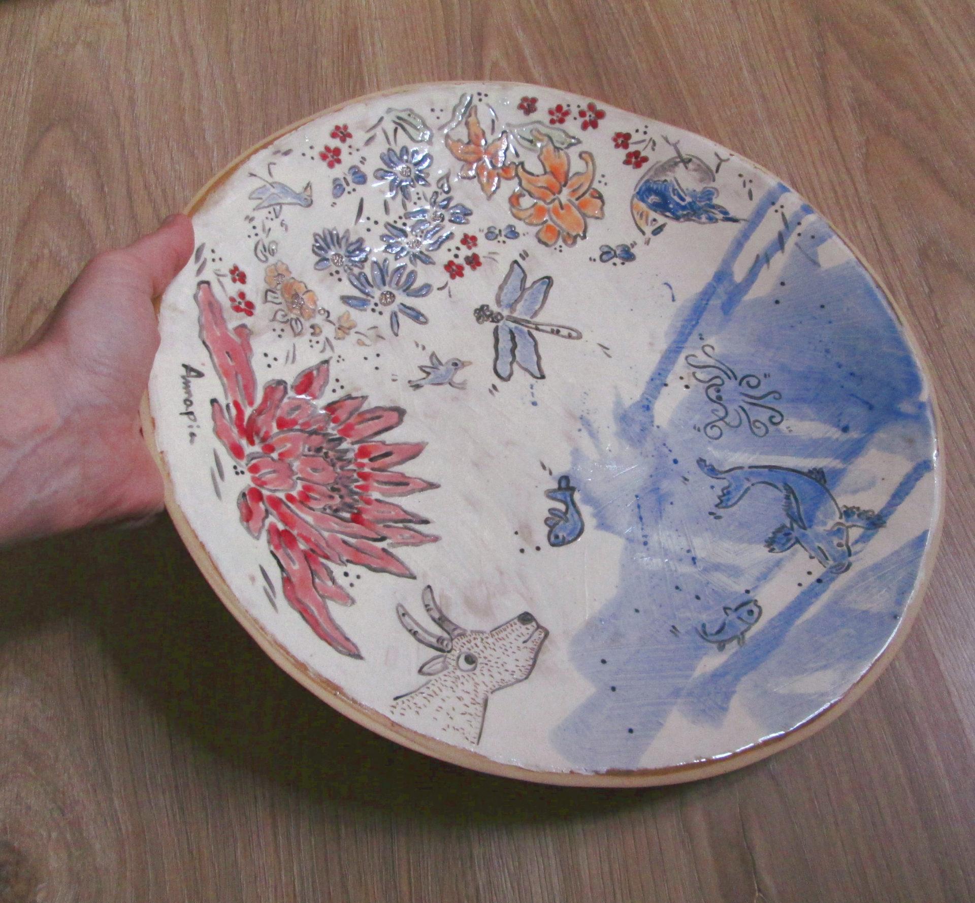 grande piatto ceramica gres decoro engobbio fatto e decorato a mano fiori capra Chagall Annapia Sogliani grand plat à gateau, grès décor engobe, fait et décoré main, motif fleurs, chèvre Chagall, made in Pari